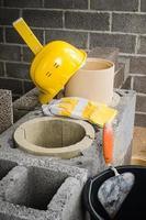 bouw van modulaire keramische schoorsteen in huis foto