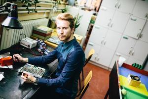 jonge man in elektronica workshop foto