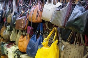 lederen handtassen collectie in de winkel. foto