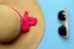hoed en zonnebril - zomermode foto