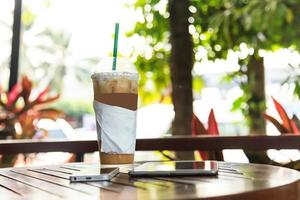 ijskoffie met tablet en telefoon foto