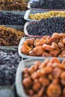 droog fruit en kruiden zoals cashewnoten, rozijnen, kruidnagel, anijs, etc. foto
