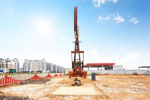skyline en werkende booreiland in olieveld foto