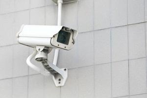cctv camera op de muur hoog gebouw. foto