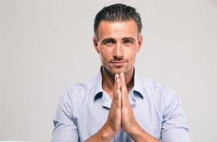portret van een zelfverzekerde zakenman bidden foto