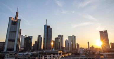 Frankfurt am main skyline zonsondergang foto