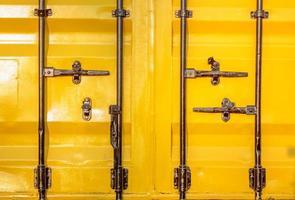 kleurrijke stapel container verzending op werf foto