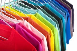 kleurrijke t-shirt geïsoleerd op een witte achtergrond foto