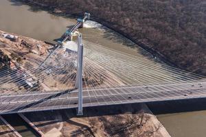 luchtfoto van snelweg brug foto