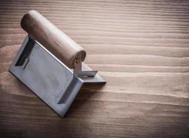houten handvat hoekvormer op houten bord foto