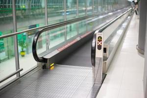 looppaden op de luchthaven voor passagiers foto