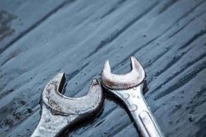 moersleutel tool met dauw druppel bovenop houten tafel