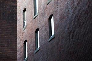 vensters op de muur van baksteen - voorraadbeeld foto