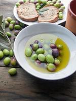 olijfolie en olijven foto
