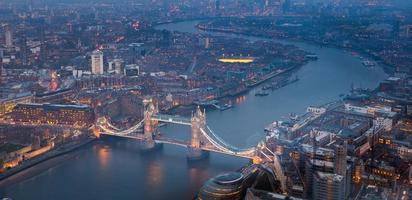 torenbrug bij nachtschemering Londen, Engeland, het UK foto