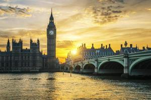 beroemde Big Ben klokkentoren in Londen bij zonsondergang foto