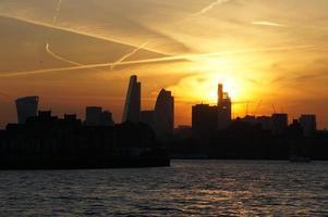 skyline van de stad van Londen bij zonsondergang foto