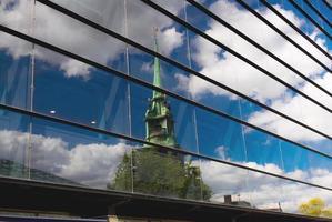oude weerspiegeling in nieuw glas foto