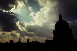silouette van saint paul cathedral, londen, uk. foto