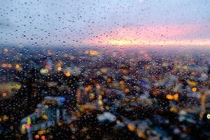 Londen stadsgezicht en verlichting van de scherf bij avondschemering foto