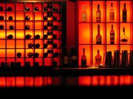achtergrondverlichting en flessen rode club bar achtergrond foto
