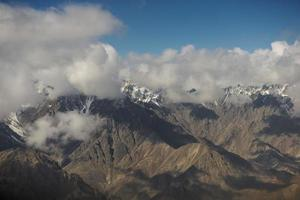 uitzicht op de bergketen van de Himalaya vanuit het raam van het vliegtuig.