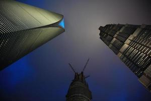 's nachts de hoge torens van Shanghai foto