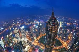 shanghai lujiazui financieel centrum naast de huangpu-rivier. foto