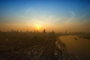 shanghai schemering met skyline foto