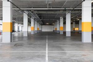 lege ondergrondse parkeergarage achtergrond met kopie ruimte foto