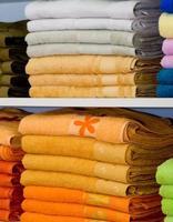 planken met handdoeken in de winkel foto