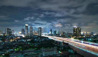 Cityscape van Bangkok de moderne kant van de de bouwrivier in schemeringtijd foto