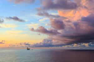 offshore jack up booreiland in het midden van de oceaan