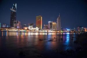 stadsgezicht van ho chi minh 's nachts foto