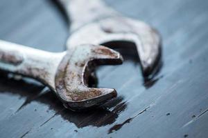 moersleutel tool met dauw druppel bovenop houten tafel foto