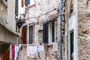 smalle stenen straat van Rovinj, Kroatië foto