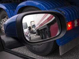 verkeersopstopping bekeken door een auto buitenspiegel foto