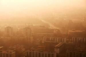 stad in smog foto