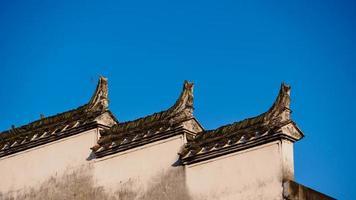 witte muur tegen blauwe hemel foto