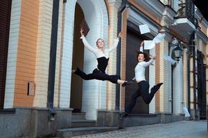 meisjes springen graag op en gooien papieren. foto