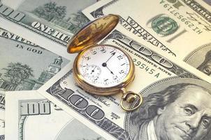 oude gouden uren op honderd dollar foto