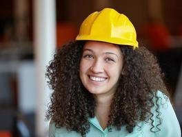 vrouw architect op de werkplek foto