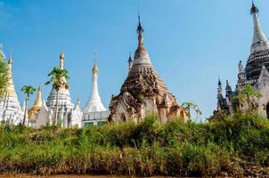 witte pagode onder een blauwe hemel foto