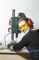 vrouwelijke timmerman en boormachine. foto