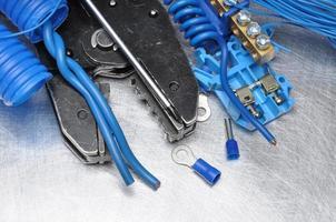 gereedschap voor elektricien op metalen oppervlak met plaats voor tekst foto