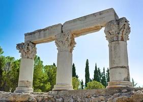 ruïnes van de tempel in Korinthe, Griekenland foto