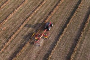 luchtfoto van oogstvelden met tractor