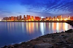 nacht uitzicht op de steden aan het water