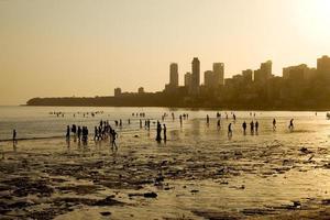 chowpatty strand bij zonsondergang, mumbai, india. foto