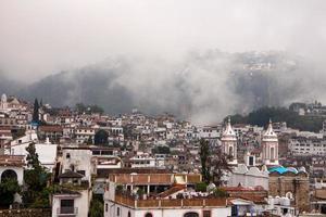 wazige taxco-huizen en kerk foto